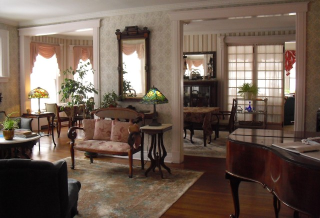 Victorian parlor of grand B&B - Tiffany lamps - Grand Piano - tufted seating