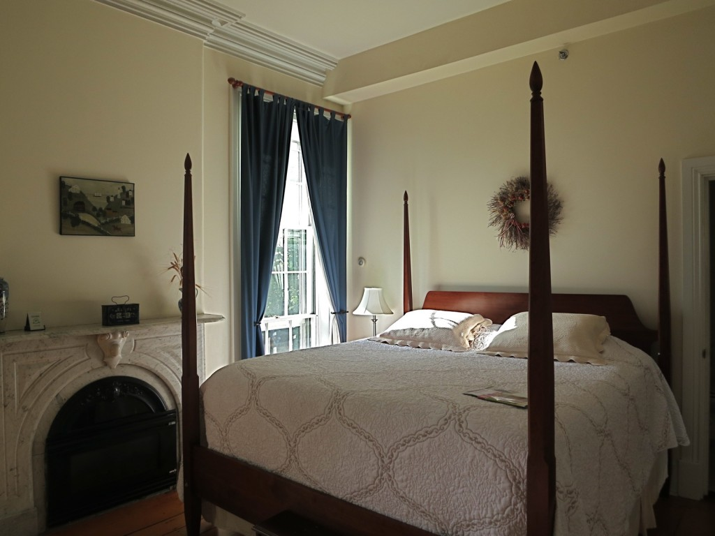 Four poster bed, high molded ceiling at Christopher Dodge House,