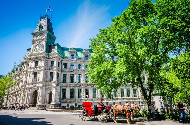 Horse-drawn carriages in front of the Quebec City Ministry of Finance.