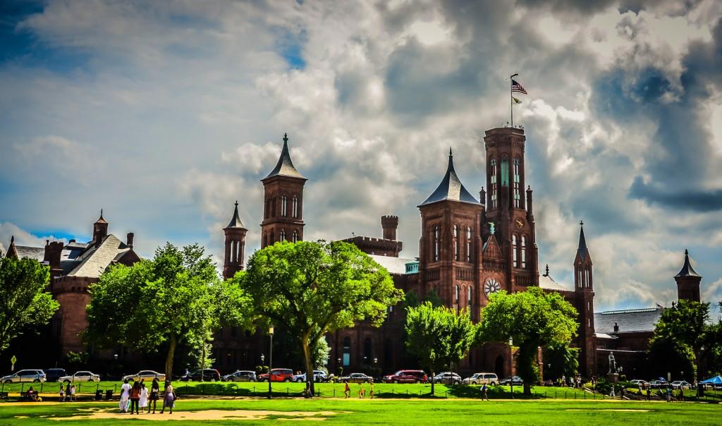 Veja o Castelo Smithsonian numa excursão a Washington DC num dia.