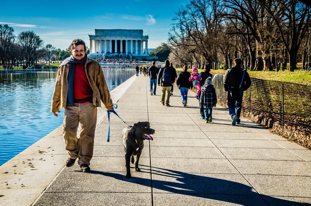 Passar um cão no Lincoln Memorial em Washington DC num dia