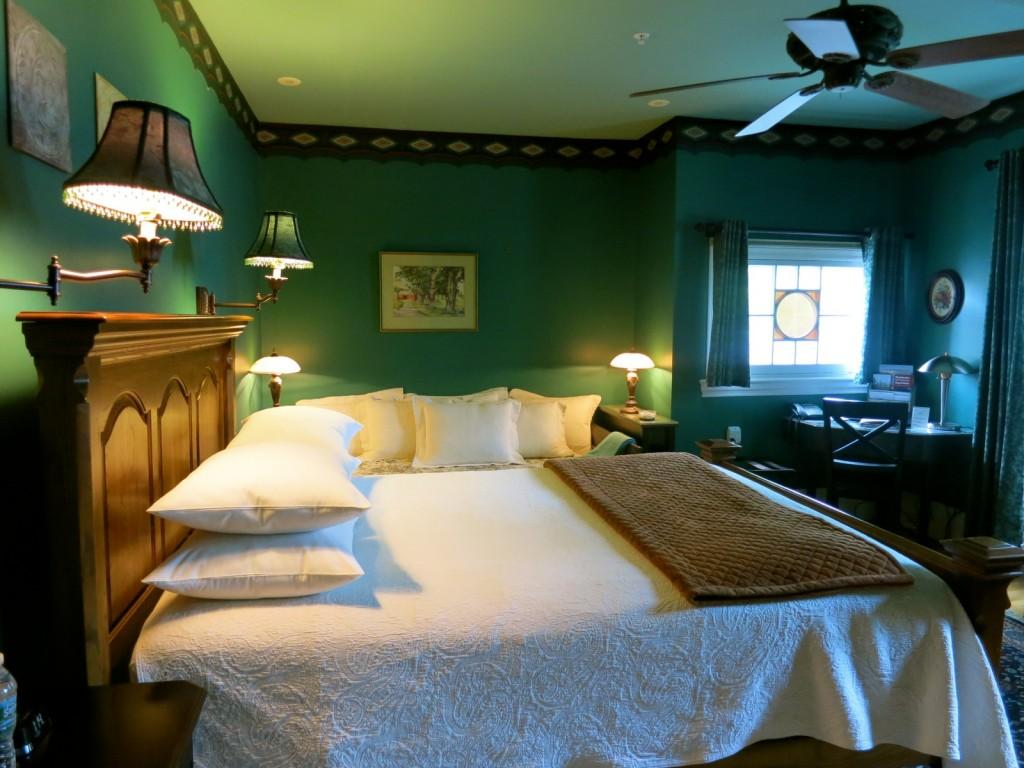 Ash Street Inn room